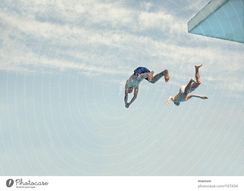 dos amigos Mensch Jugendliche Himmel blau Sommer Sport springen Wärme Freundschaft Zusammensein Gesundheit Erwachsene maskulin fliegen Wassertropfen frei