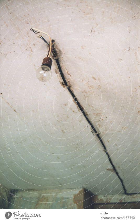 Lampe alt weiß schwarz kalt Wand Mauer dreckig Energiewirtschaft Kabel Dach kaputt einfach Glühbirne Decke