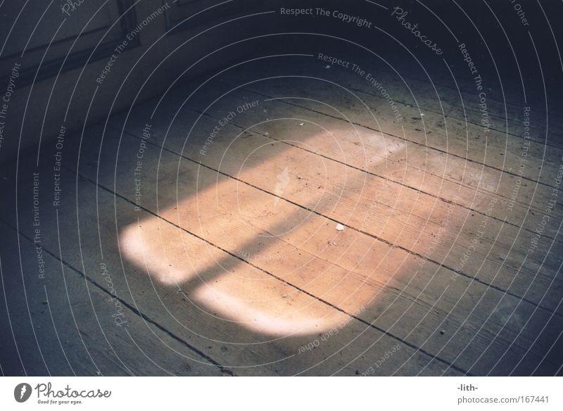Dachfenster Farbfoto Innenaufnahme Strukturen & Formen Menschenleer Tag Schatten Kontrast Lichterscheinung Vogelperspektive Holz Dachboden Holzbrett alt dreckig
