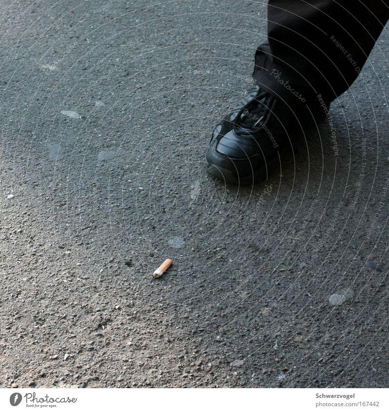 Stampede Mensch schwarz grau Beine Schuhe dreckig maskulin stehen Boden Rauchen Bildung Jeanshose Rauch Zigarette Willensstärke Kindererziehung