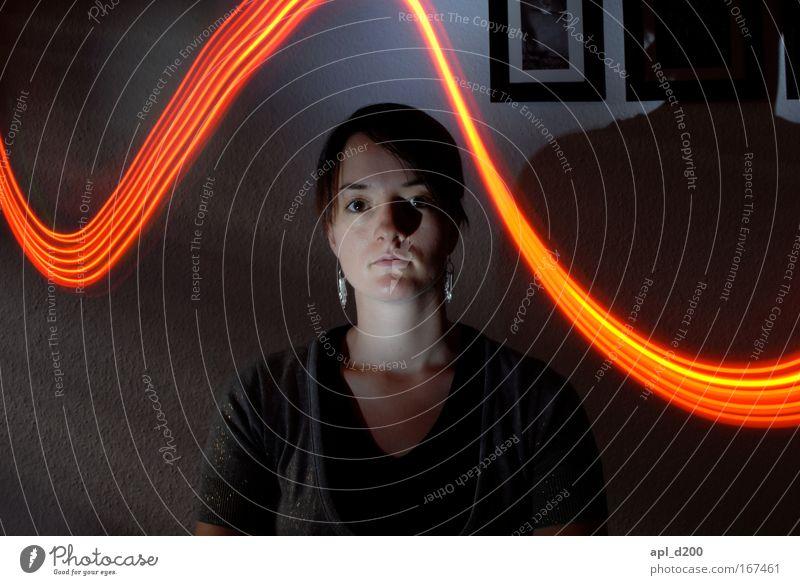 Leuchtband zwei Farbfoto Innenaufnahme Nacht Kunstlicht Licht Schatten Lichterscheinung Zentralperspektive Oberkörper Blick in die Kamera Blick nach vorn