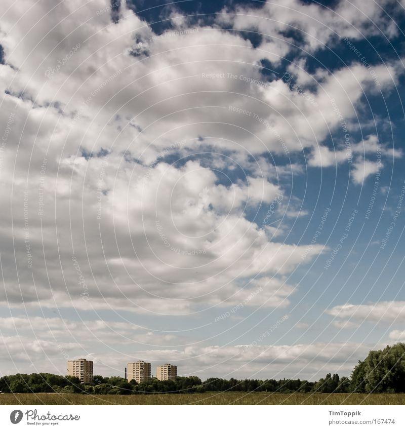 Die drei Türme Außenaufnahme Weitwinkel Umwelt Natur Landschaft Himmel Wolken Wiese Feld Wald Stadt Stadtrand Haus Hochhaus Bauwerk Gebäude Ferne trist Vorstadt