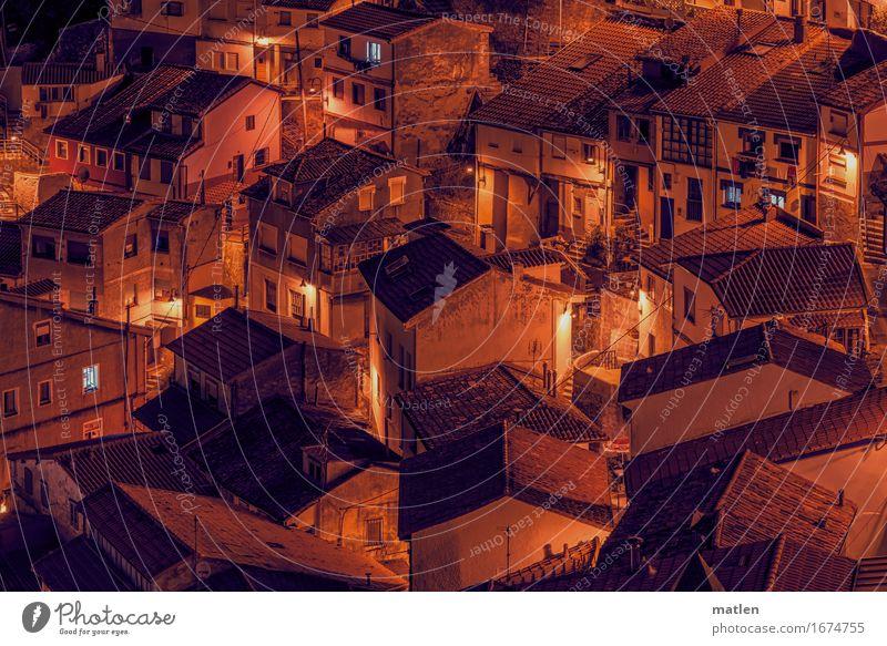 Nachbarschaft Dorf Stadtzentrum Menschenleer Haus Einfamilienhaus Mauer Wand Treppe Fassade Fenster Tür Dach leuchten authentisch braun orange eng Gasse