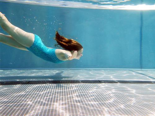 Into the blue elegant schön Wellness Leben harmonisch Sinnesorgane Schwimmbad Schwimmen & Baden Sommerurlaub Jugendliche 1 Mensch Wasser Klima Schönes Wetter