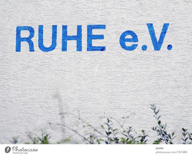 RUHE e.V. weiß blau ruhig Erholung Wand grau trist Schriftzeichen schweigen vereinen