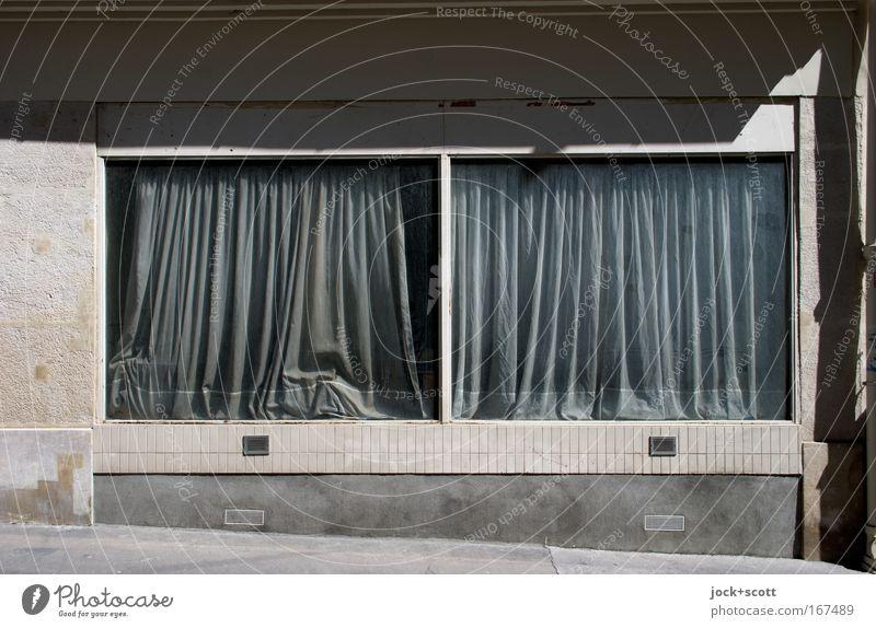 sonnig verhangen Architektur Fassade Fenster braun grau geheimnisvoll stagnierend Vorhang geschlossen Faltenwurf Paris Sacré-Coeur vergilbt Stoff Schaufenster