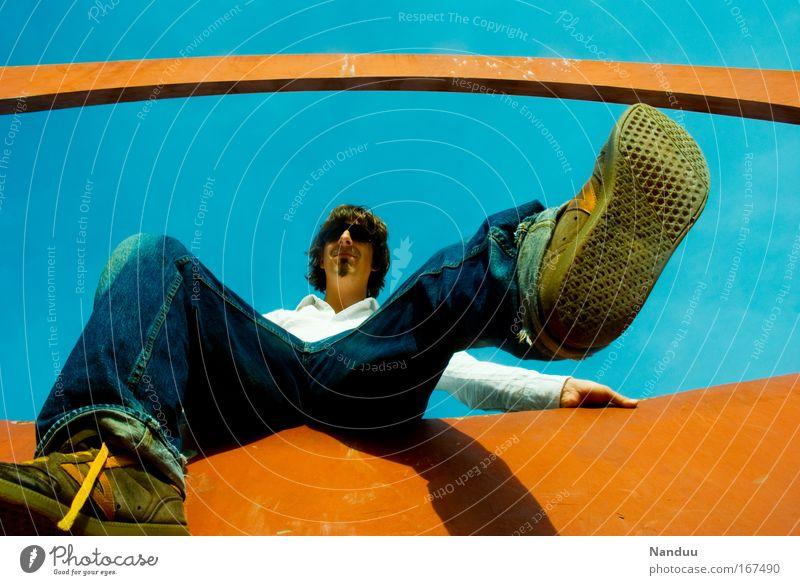 [MUC-09] Auf großem Fuß Mensch Mann Jugendliche blau Sommer Erwachsene Stil lustig orange Zufriedenheit Schuhe sitzen groß Fröhlichkeit maskulin Lifestyle