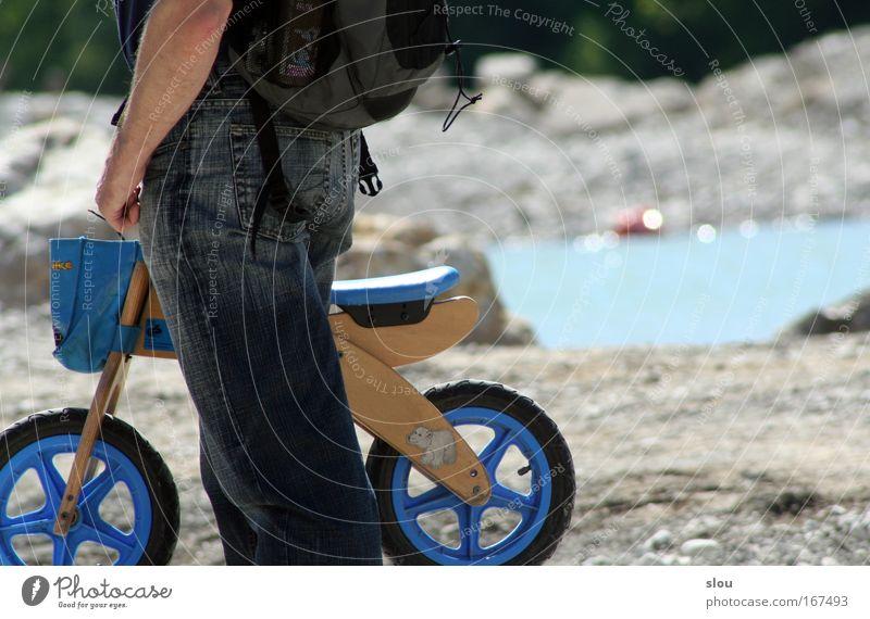 Isar-Rider Mensch Kind Natur blau Wasser Sommer Landschaft Wärme grau Beine Erde Kindheit Felsen Arme maskulin stehen