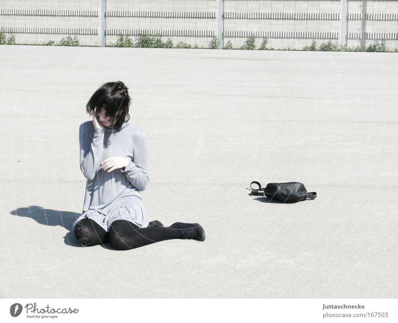 Und nun? Frau Junge Frau sitzen hocken verlegen Schatten Kontrast grau hell Tasche Handtasche Minikleid Kleid Platz Beton nachdenklich Denken Schüchternheit