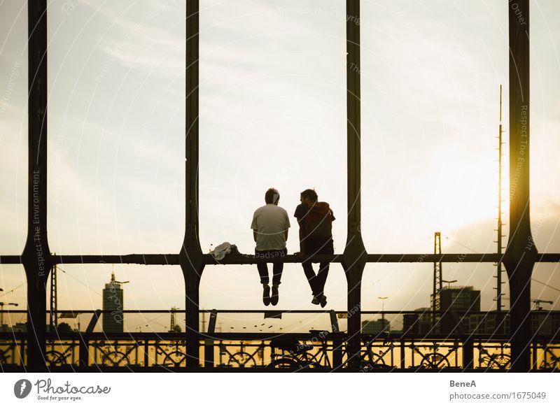 Brückensitzer Lifestyle Freude Glück Erholung ruhig Ferne Sightseeing Städtereise Sommer Sonne Mensch maskulin Junger Mann Jugendliche Erwachsene Freundschaft