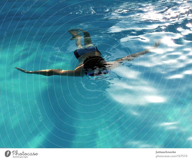 Manta Unterwasseraufnahme Tag Tageslicht Vogelperspektive harmonisch Swimmingpool baden schwimmen Sommerurlaub Wassersport tauchen Schwimmbad  Kind Junge Mensch