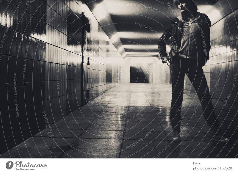 Disco Boy Gedeckte Farben Totale Porträt Blick Lifestyle Nachtleben Mensch feminin Junge Frau Jugendliche 18-30 Jahre Erwachsene Jugendkultur Subkultur Tunnel