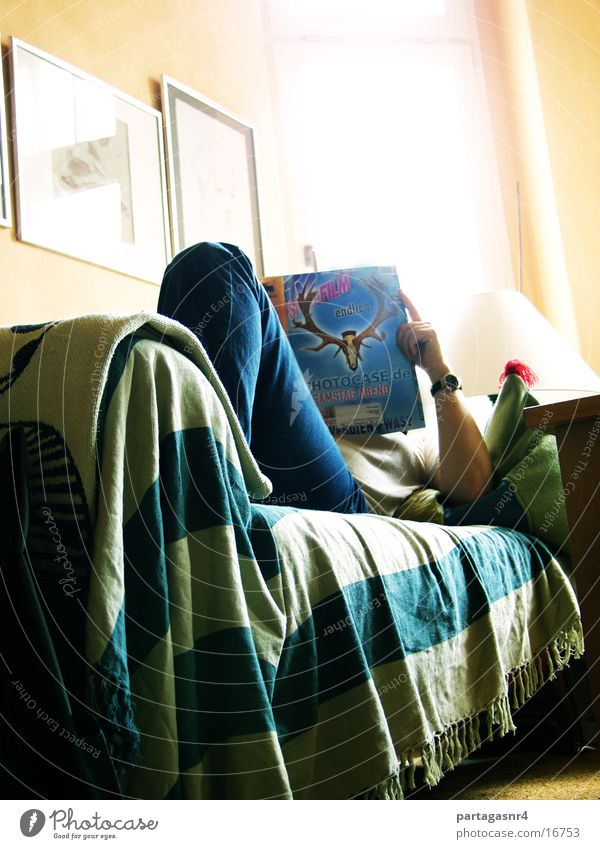interessante Lektüre Mann lesen Sofa ruhen