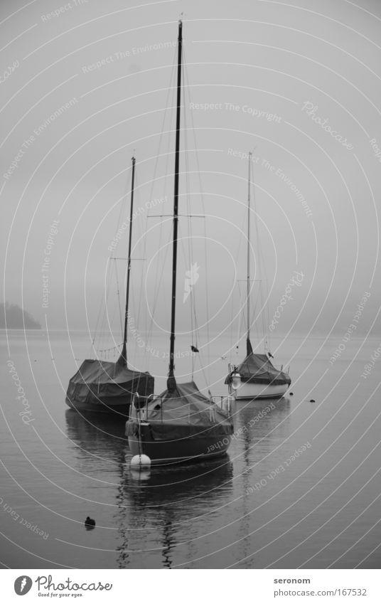 lonesome boats Schwarzweißfoto Außenaufnahme Morgen Morgendämmerung Kontrast Totale Ferne Freiheit Segeln Gefühle Stimmung Sehnsucht Fernweh Hoffnung Horizont