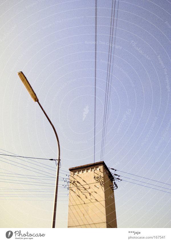 angebunden. Außenaufnahme Menschenleer Textfreiraum oben Abend Dämmerung Sonnenlicht Wolkenloser Himmel Schönes Wetter Turm Bauwerk Stromhäuschen Strommast