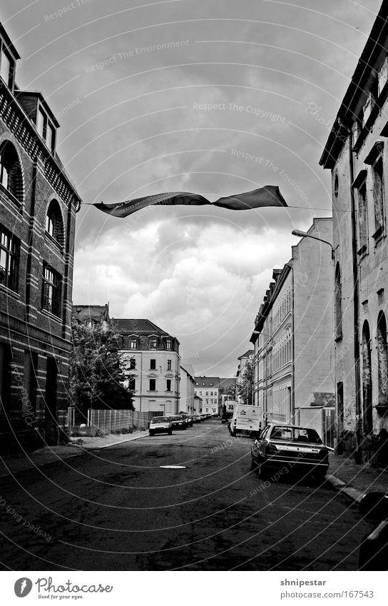 Vom Winde Verweht Schwarzweißfoto Außenaufnahme Menschenleer Textfreiraum oben Textfreiraum unten Kontrast Haus Fabrik Industrie Kunst Umwelt Himmel Wolken