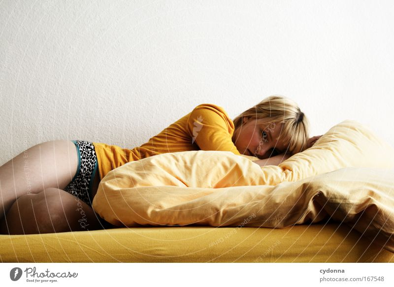 Gedankenschwer Frau Mensch Jugendliche schön Einsamkeit Erwachsene Leben Erotik Wand Gefühle Traurigkeit Mauer träumen ästhetisch Perspektive Bett