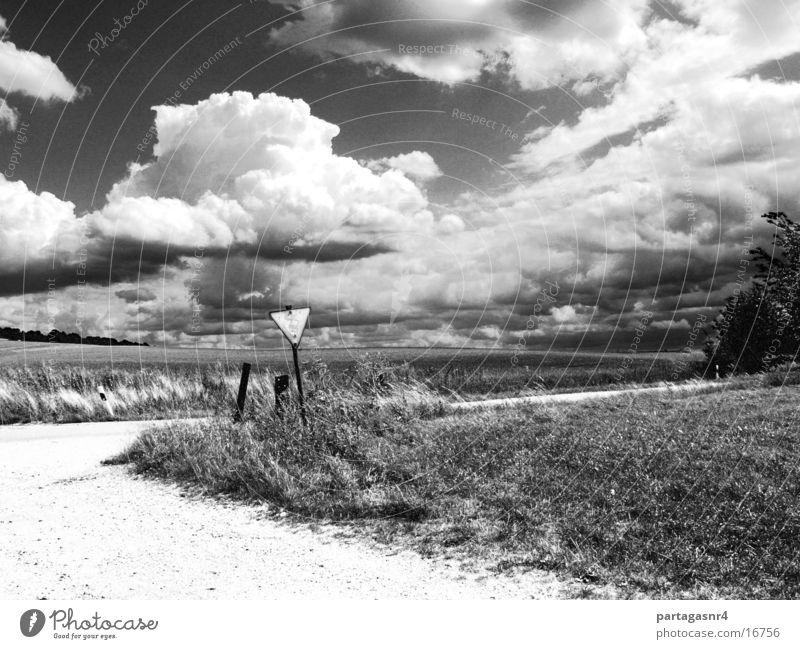 Landschaft mit Verkehrsschild Wolken Wiese Verkehrsschild