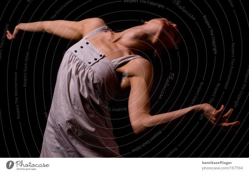 tänzerin II Farbfoto Gedeckte Farben Innenaufnahme Studioaufnahme Hintergrund neutral Blitzlichtaufnahme Schwache Tiefenschärfe Totale Oberkörper Vorderansicht