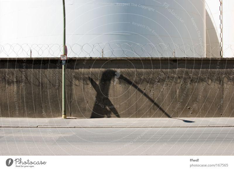 [PC-Usertreff Ffm]: Burnout Farbfoto Gedeckte Farben Außenaufnahme Tag Schatten Zentralperspektive Stadtrand Menschenleer Bauwerk Architektur Mauer Wand Straße