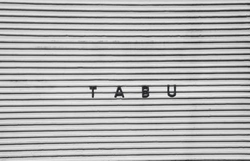 T A B U Haus Mauer Wand Zeichen Schriftzeichen bedrohlich Bekanntheit kalt Neugier Interesse Angst Eifersucht Misstrauen Neid geizig Gier Ungerechtigkeit
