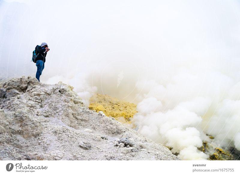 Ijen Photographer Mensch Ferien & Urlaub & Reisen Mann weiß Landschaft Einsamkeit Wolken Berge u. Gebirge Erwachsene gelb Tourismus stehen bedrohlich Abenteuer