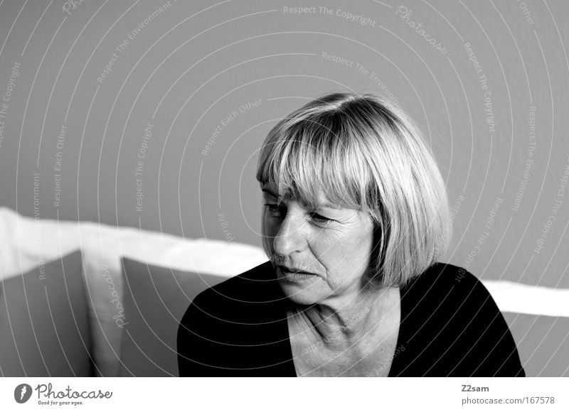 kritikerin Frau Mensch alt ruhig feminin Kopf Stimmung Kraft Erwachsene Kommunizieren authentisch einfach Sofa beobachten Vertrauen natürlich