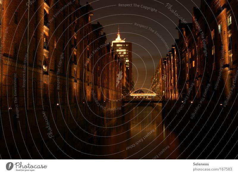 Speicherstadt Außenaufnahme Menschenleer Nacht Kunstlicht Langzeitbelichtung Hamburg Hafenstadt Brücke Bauwerk Gebäude Dachboden Fassade Fenster