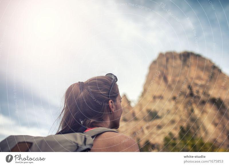 Hoch hinauf feminin Junge Frau Jugendliche Erwachsene wandern Bewegung Sport sportlich Sportler Sport-Training Berge u. Gebirge Gipfel Bergsteigen Rucksack