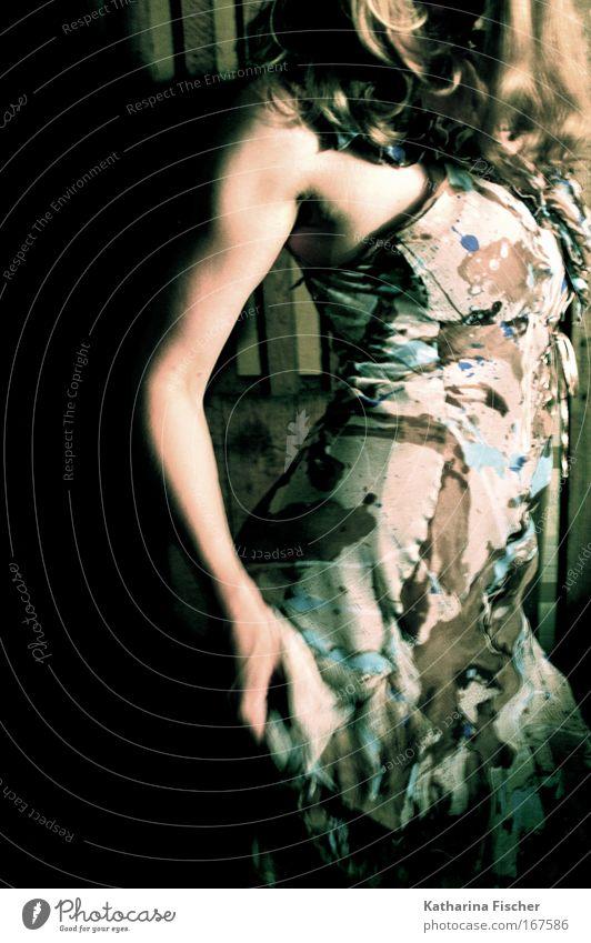 Nachts im Keller feminin Frau Erwachsene 1 Mensch Bekleidung Kleid langhaarig braun mehrfarbig ästhetisch Kunst Licht geheimnisvoll Haare & Frisuren Kunstlicht