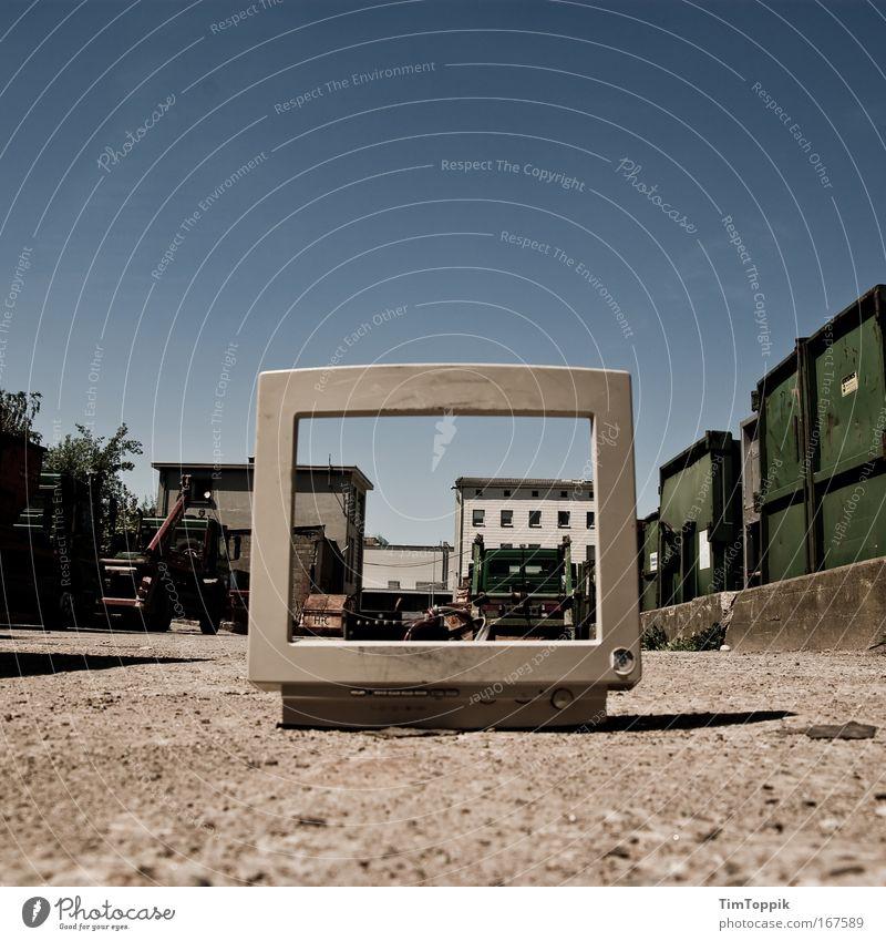 [PC-Usertreff Ffm]: div-Container Außenaufnahme Menschenleer Weitwinkel Stadtrand Industrieanlage Fabrik Mauer Wand Verkehr Güterverkehr & Logistik Straße