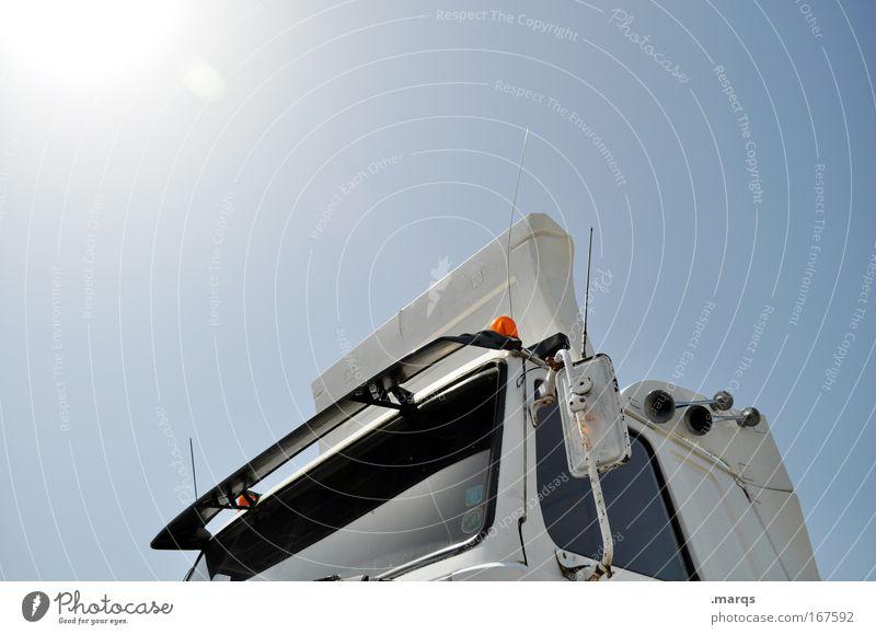 Brummi Farbfoto Außenaufnahme Textfreiraum oben Blick nach oben Wirtschaft Güterverkehr & Logistik Dienstleistungsgewerbe Motor Umwelt Wolkenloser Himmel