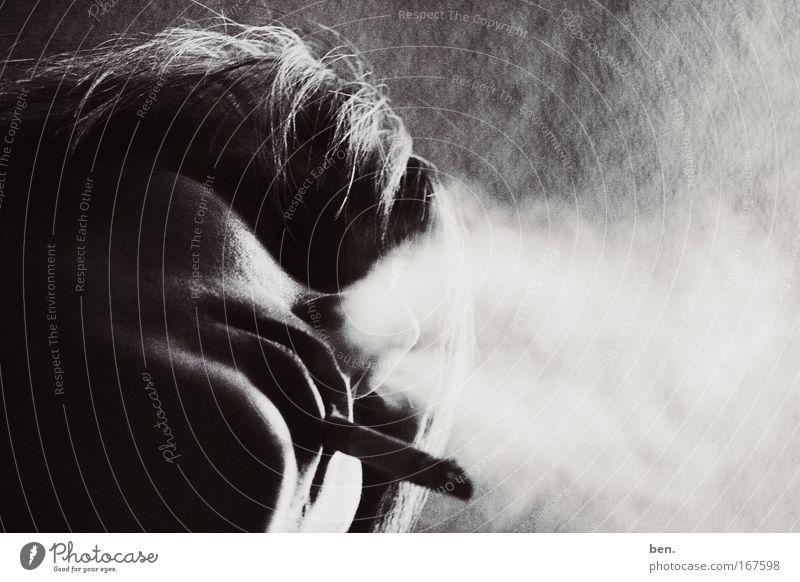 Beim Rauchen Schwarzweißfoto Gedeckte Farben Licht Schatten Kontrast Silhouette Frau Erwachsene Rosa Luxemburg 1 Mensch Zigarette alt außergewöhnlich Duft