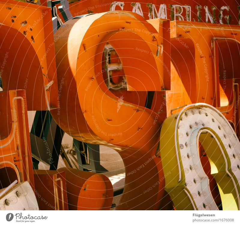 Leuchtreklame [2] Lampe Werbebranche Schriftzeichen alt leuchten Farbe Werbung Neonlicht Buchstaben Leuchtbuchstabe Werbeschild werben Beleuchtung Strahlung