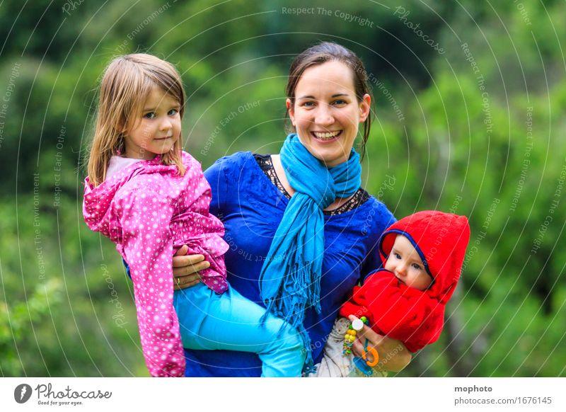Mutter mit zwei kleinen Kindern auf dem Arm Freude Glück Leben Kindererziehung Kindergarten Beruf Kindergärtnerin Mensch feminin Baby Kleinkind Mädchen Junge