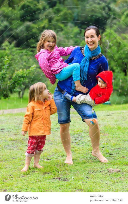 Alle Hände voll zu tun... (2) Lifestyle Kindererziehung Kindergarten Beruf Mutter Kindergärtnerin Mensch maskulin feminin Baby Kleinkind Mädchen Junge