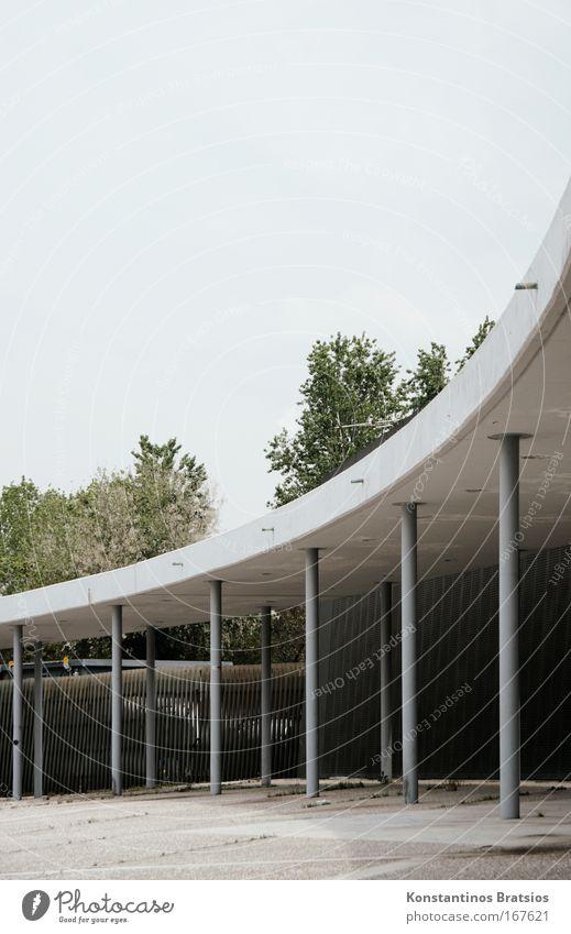 stabile Kurve blau grün Baum grau Gebäude Beton trist Europa Dach fest Tor Stress Säule Messe Griechenland