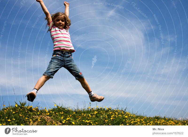X Kind Himmel Natur Mädchen Freude Wiese Spielen Gras Bewegung springen wandern Fröhlichkeit T-Shirt Körperhaltung Laune Hügel