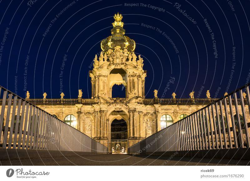 Blick auf den Zwinger in Dresden bei Nacht Ferien & Urlaub & Reisen Tourismus Hauptstadt Altstadt Brücke Gebäude Architektur Sehenswürdigkeit historisch gelb