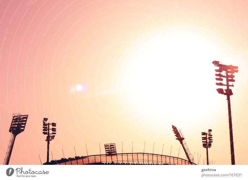 Künstliches Licht brauchen wir nicht! Himmel gelb hell rosa gold groß heiß leuchten Bauwerk Schönes Wetter Hochmut Stadion demütig Gegenlicht Ballsport