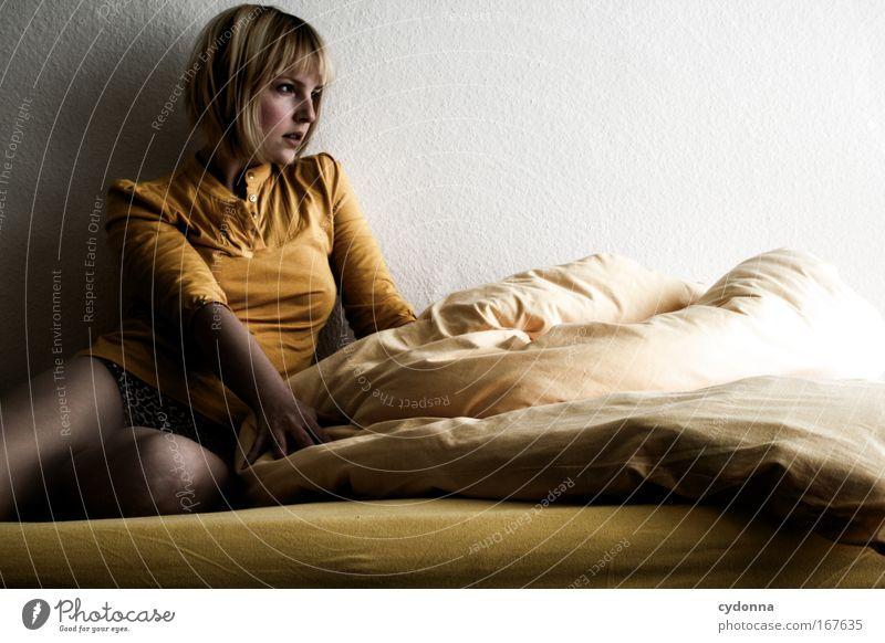 Tagesbilanz Frau Mensch Jugendliche schön Einsamkeit Erwachsene Leben dunkel Wand Gefühle Freiheit Traurigkeit Mauer träumen Zeit ästhetisch