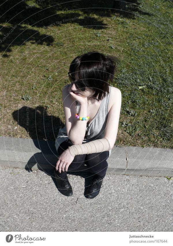 Lange Weile Frau Sommer Park Junge Frau sitzen warten Pause beobachten Langeweile Sonnenbrille Bordsteinkante Verband Schatten aufstützen