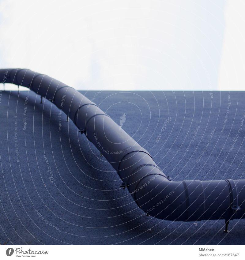 Knick in der Optik Farbfoto Detailaufnahme Menschenleer Textfreiraum oben Textfreiraum unten Handwerker Baustelle Haus Mauer Wand Dachrinne blau Abflussrohr