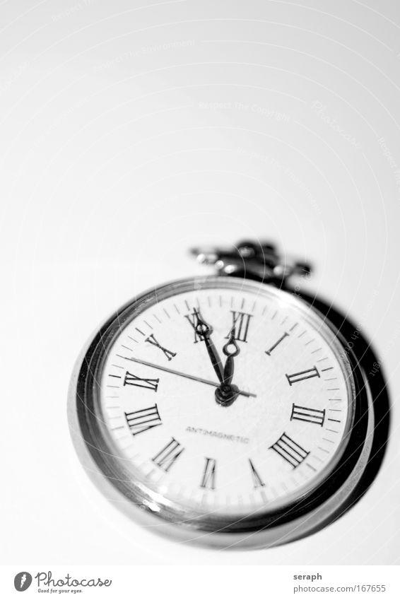 5 vor 12 pocket watch Zeit Uhr five to twelve silver metall Typographie Römische Zahlen second minute hour zählen Hinweisschild pointers abgelegen Symbolismus