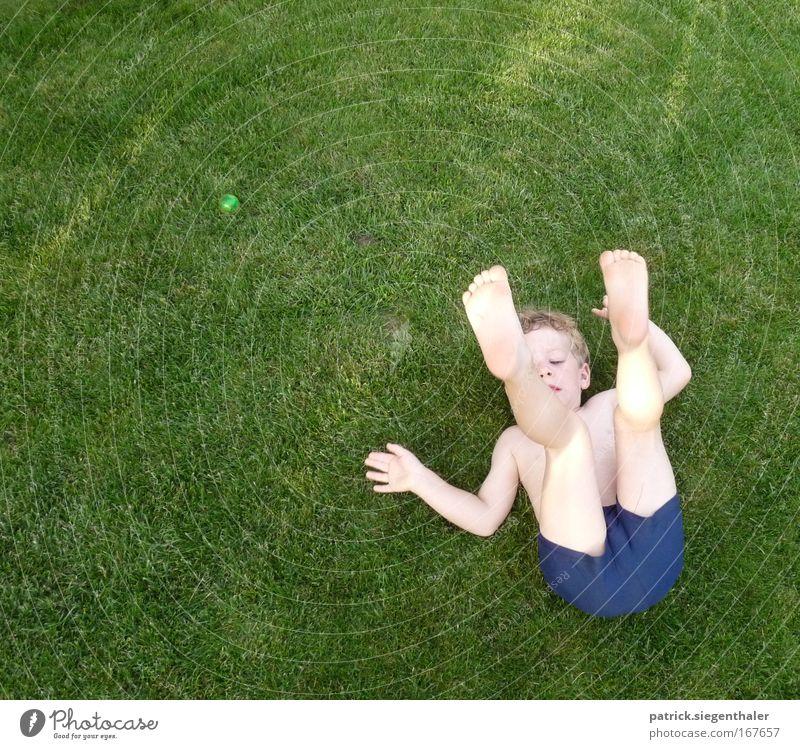 Purzelbaum im englischen Rasen Mensch Kind blau grün Sommer Freude Spielen Junge Gras Gesundheit Kindheit blond Haut maskulin Turnen Rasen