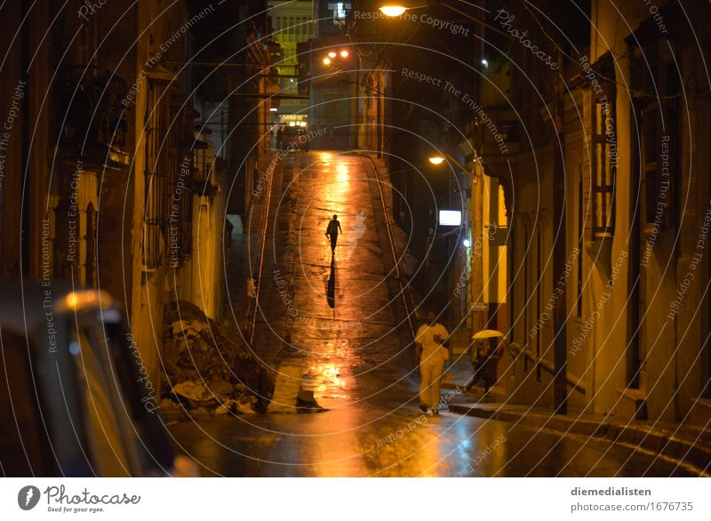 Nach dem Regen... Mensch Leben 3 Stadt Stadtzentrum Fußgänger Straße gehen Ferne glänzend nass gelb gold Stimmung Gelassenheit ruhig Einsamkeit geheimnisvoll