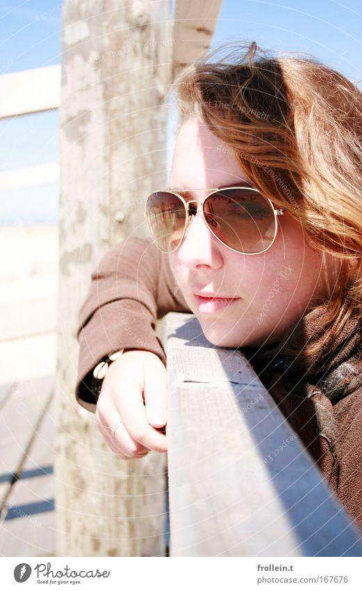 Schattenspiel Frau Mensch Jugendliche schön Sonne Sommer Strand Ferien & Urlaub & Reisen Erholung feminin Holz Zufriedenheit braun Erwachsene Coolness genießen