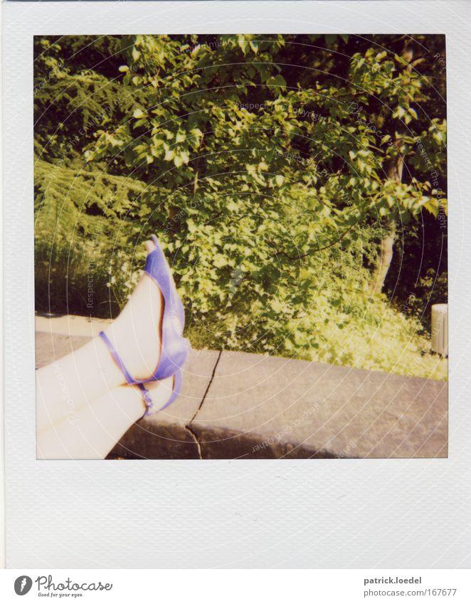 Burgfräulein Farbfoto Außenaufnahme Detailaufnahme Polaroid Textfreiraum unten Tag Kontrast Erholung feminin Frau Erwachsene Beine Fuß 1 Mensch Natur Pflanze