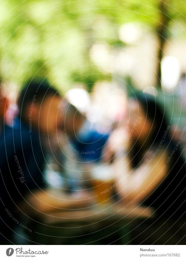 Biergarten Farbfoto mehrfarbig Außenaufnahme Experiment Textfreiraum oben Unschärfe Wohlgefühl Zufriedenheit Restaurant Mensch maskulin Paar Partner Erwachsene