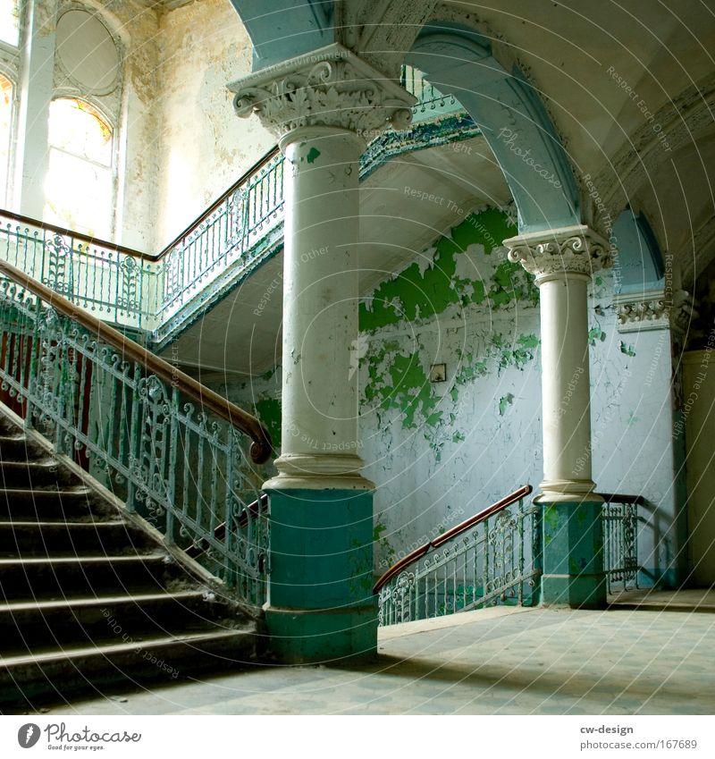 auftreppabtreppauftreppabtreppauftrepp alt weiß grün ruhig Einsamkeit Freiheit grau Gebäude Architektur Treppe Bauwerk Ruine Säule Treppengeländer Treppenhaus